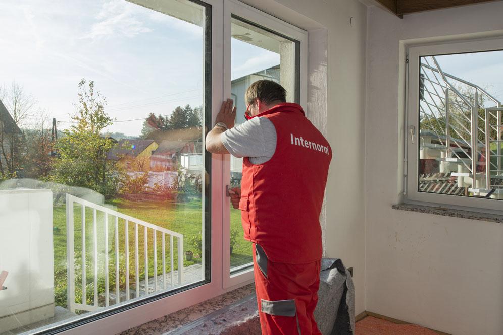 montaggio della finestra con infissi in pvc
